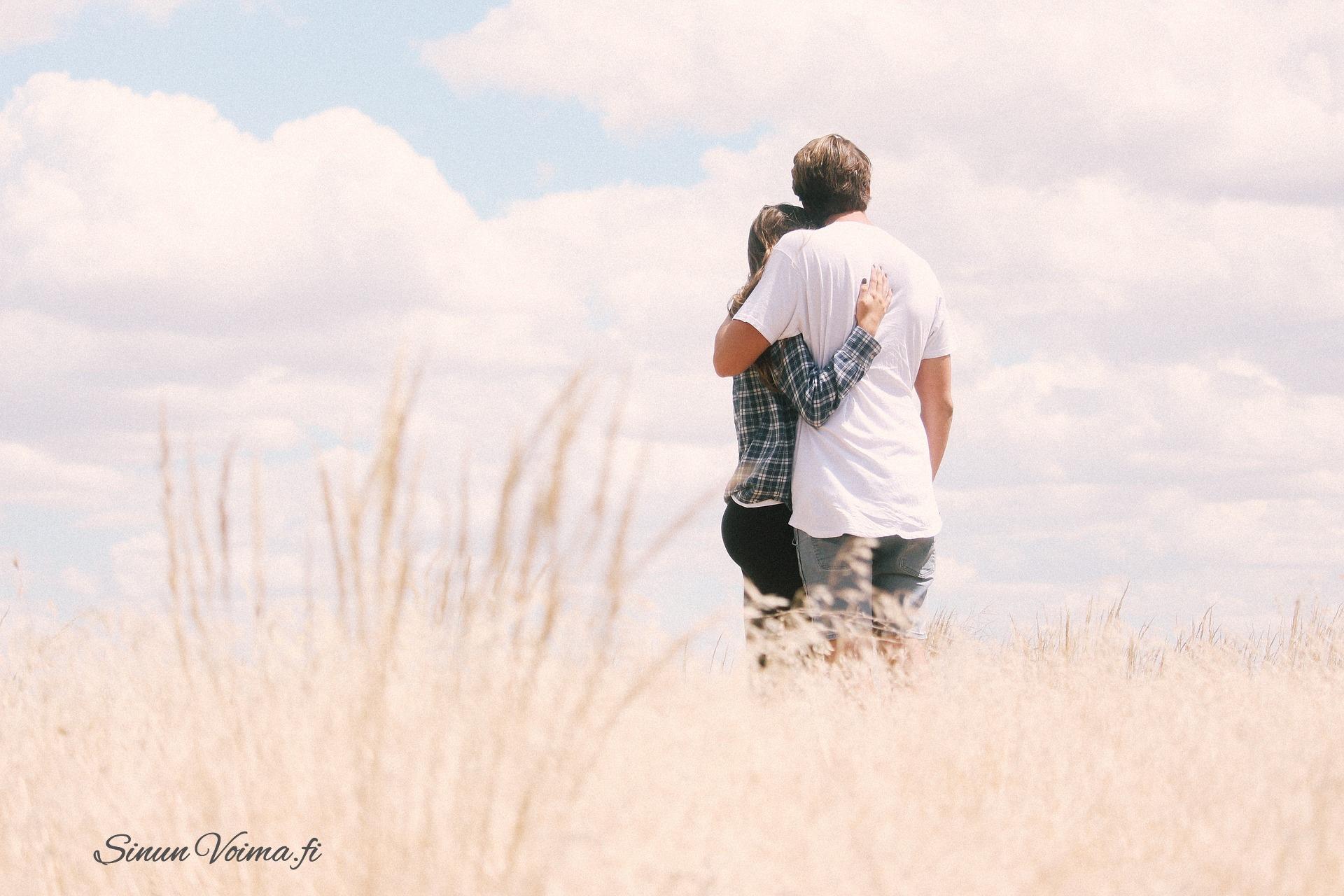 Miksi kosketus on tärkeää ihmiselle? – Mukana kehoharjoitus kosketuksesta.